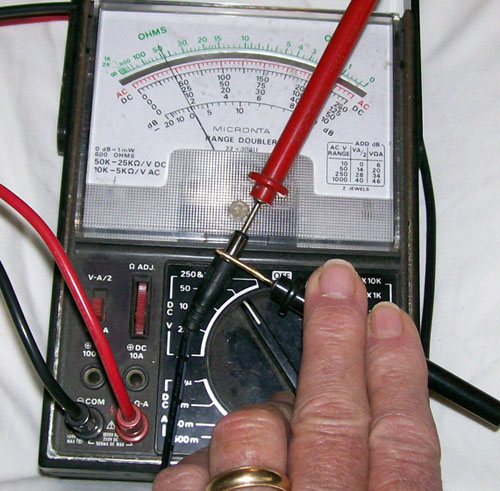 photo demonstrating how to test a 'Tip Positve' connector on a power adapter.